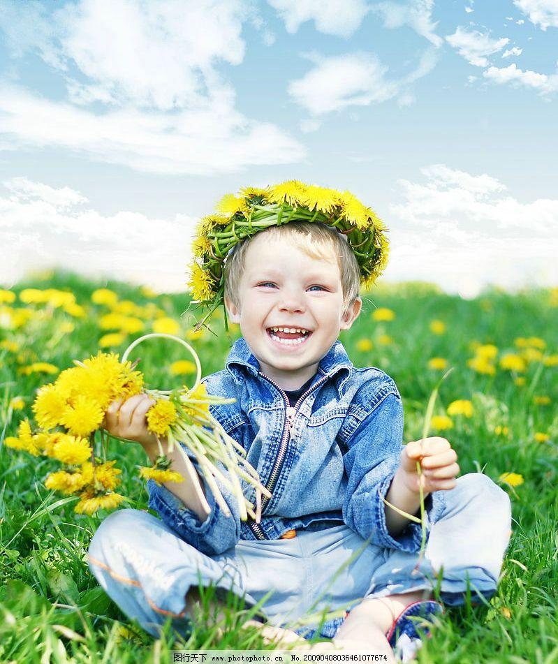 外国儿童 可爱 摄影 男孩 花朵 小孩 国外 蓝天 白云 花草
