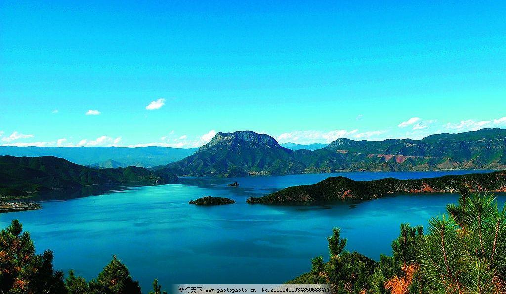 远山近水绿树奇景 山脉 岛屿 蓝天 湖水 浪漫的泸沽湖全景 蓝天白云