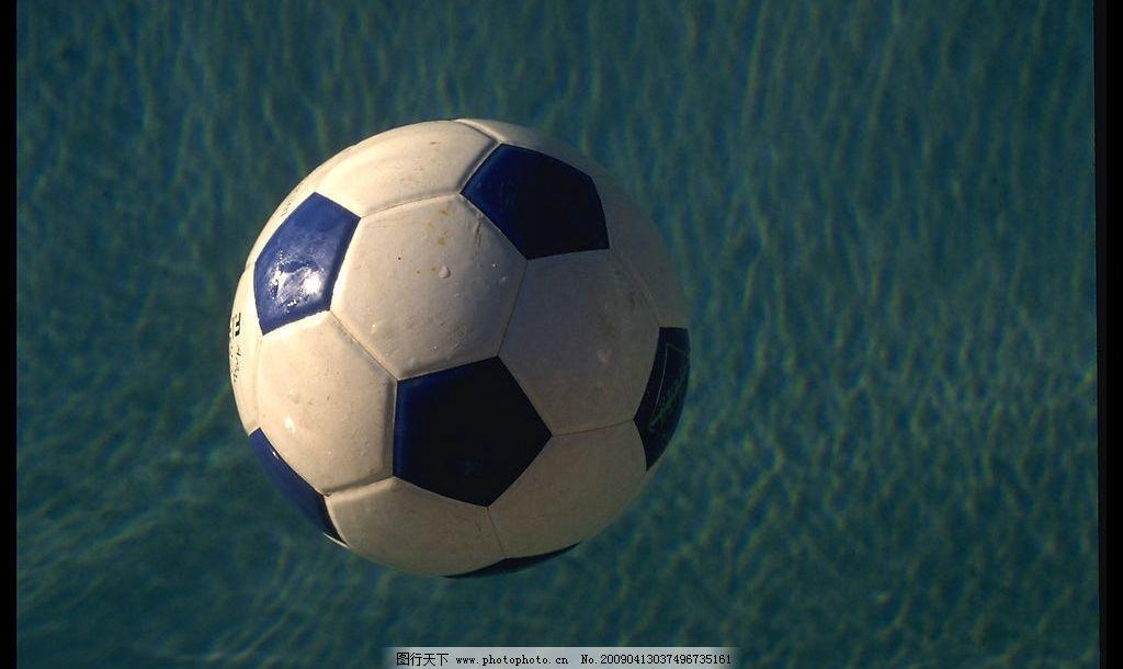 足球 水 水面 球面上的水珠 摄影图库