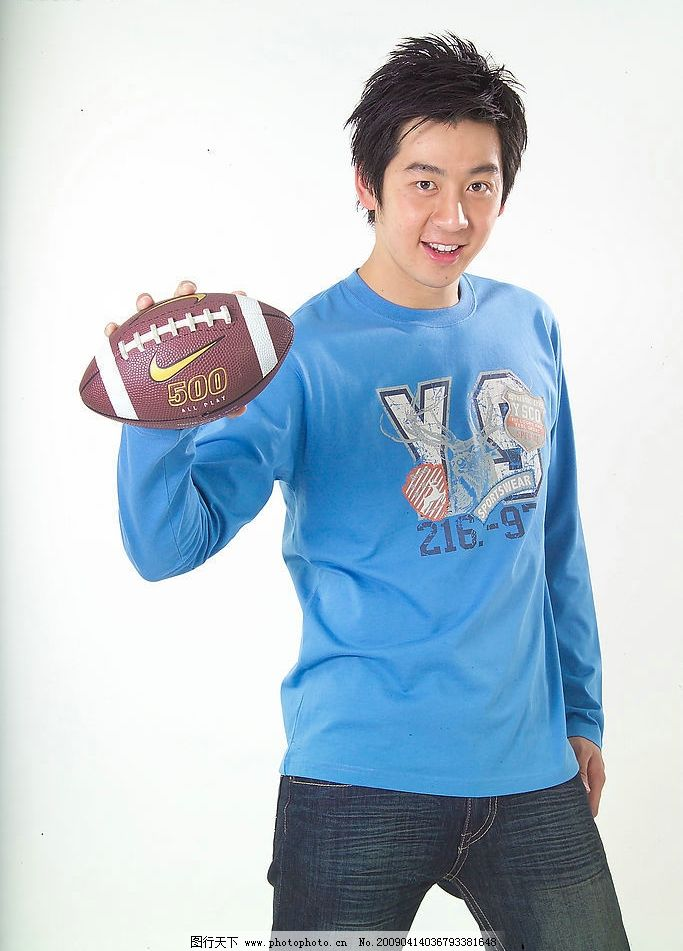 模特 深蓝色的牛仔裤 蓝色运动长衫 橄榄球 站立的帅哥 人物图库 男性