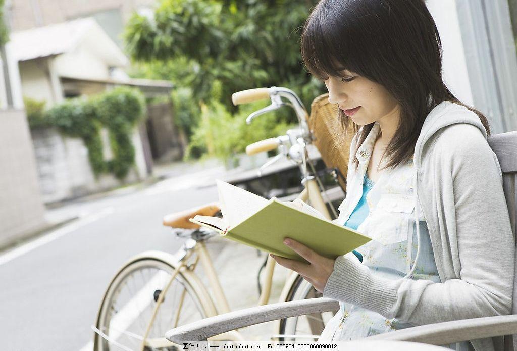 女大学生看书图片