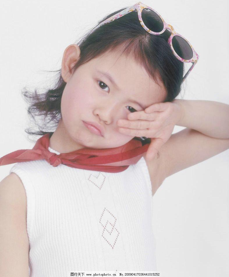 女孩 眼神 活泼 手势 太阳镜 红领巾 人物图库 儿童幼儿 摄影图库 350