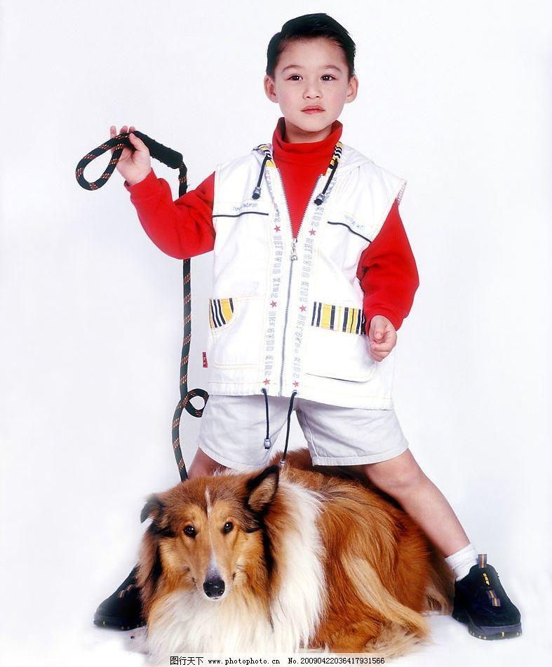 可爱幼童 男孩 活泼 眼神 手势 宠物狗 儿童幼儿 摄影图库
