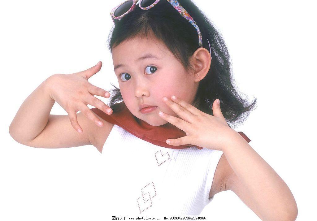 可爱幼童 女孩 活泼 眼神 太阳镜 手势 人物图库 儿童幼儿 摄影图库
