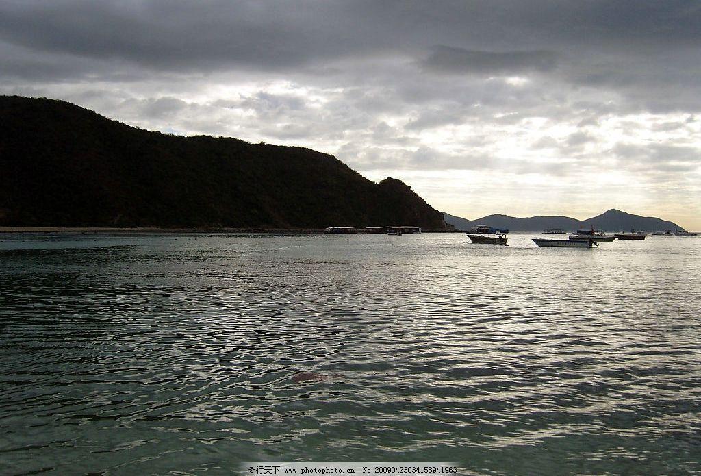 暴雨前的海面 暴雨 浓云 大海 阳光 波浪 宁静 压抑 小船 海南 清晨