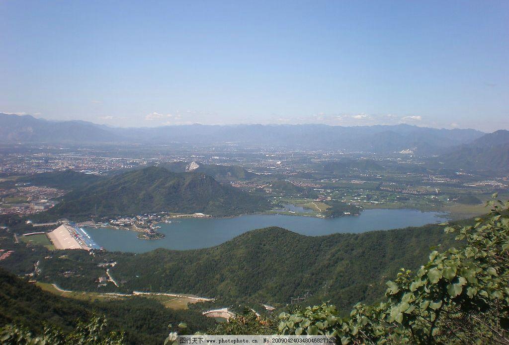 从高处看下去的十三陵水库 树木 高山 城市 自然景观 自然风景