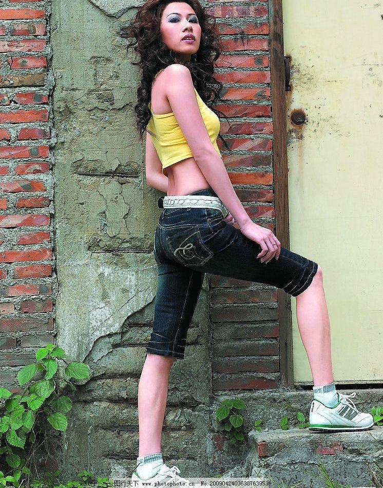 时尚美女 古墙 女装牛仔裤 国内模特 350dpi jpg 人物图库 人物摄影