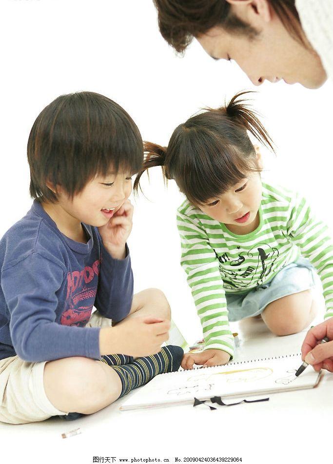 家长与孩子 爸爸 小男孩 小女孩 天真 活泼 开心 学画画 人物图库
