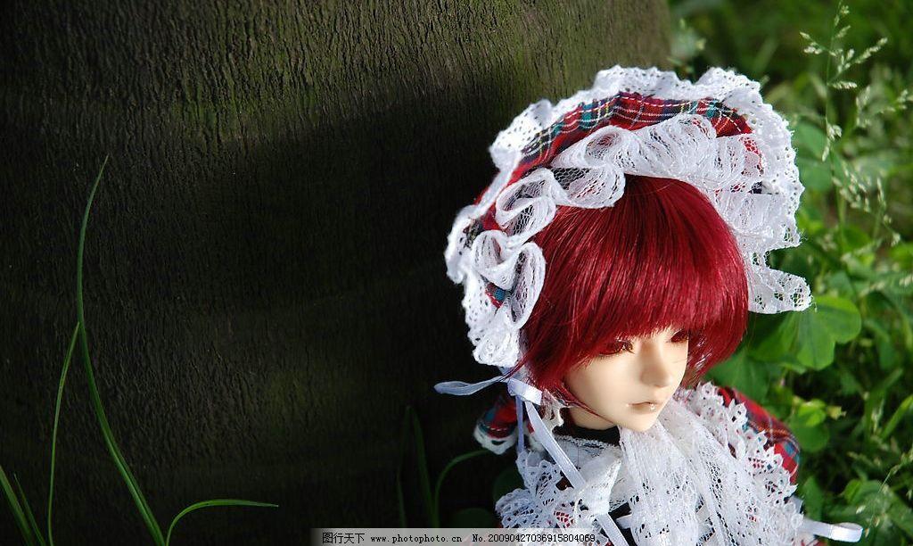 sd娃娃 一个人的思考 酒红色头发 sd娃娃 花边衣服 绿色草地 树干