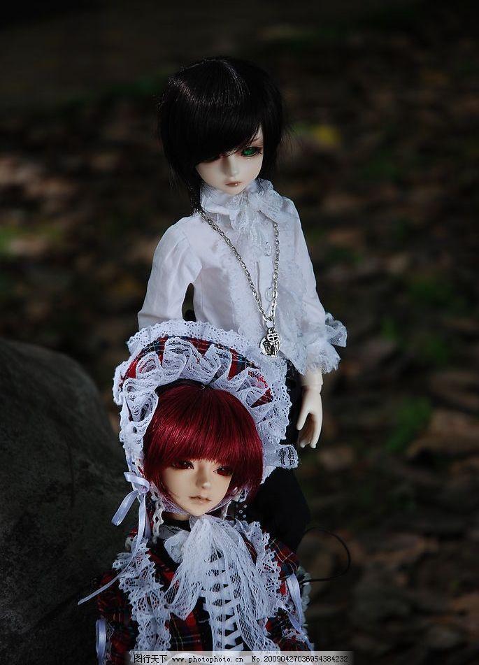 sd娃娃 两人的距离 酒红色头发 绿色眼珠 公主装 银色链子 其他人物