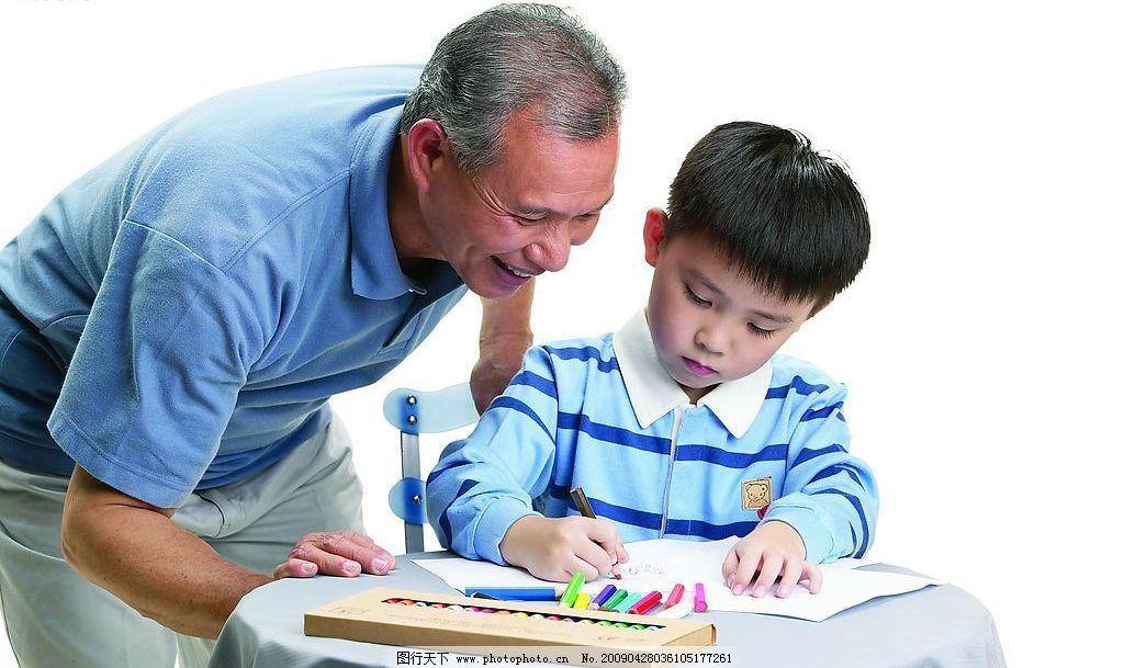 可爱家庭 小男孩 可爱 祖孙俩个 爷爷 画画 学习 亲情 家庭 彩笔 人物