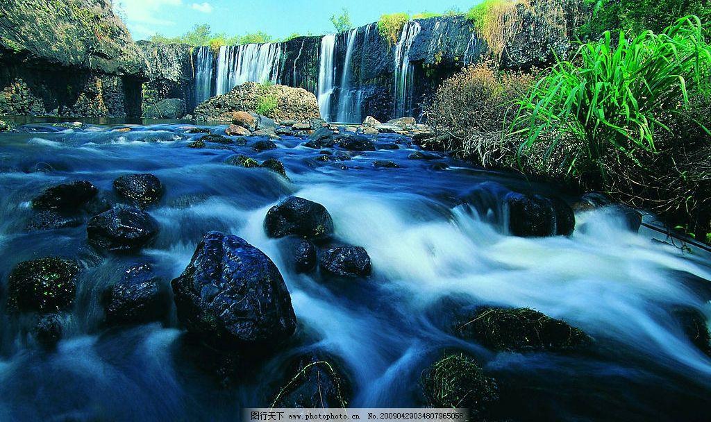 瀑布 河流 水流 清山绿水 绿草 春天 自然景观 自然风景 摄影图库 400