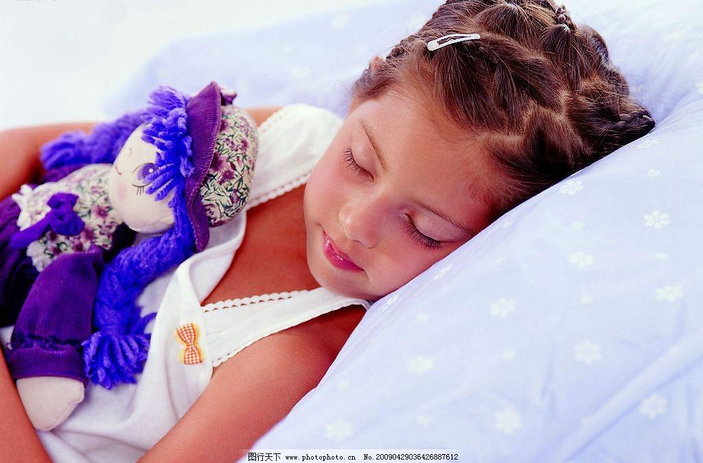 天真儿童 儿童 女孩 睡觉 可爱 娃娃 床上用品 人物图库 儿童幼儿