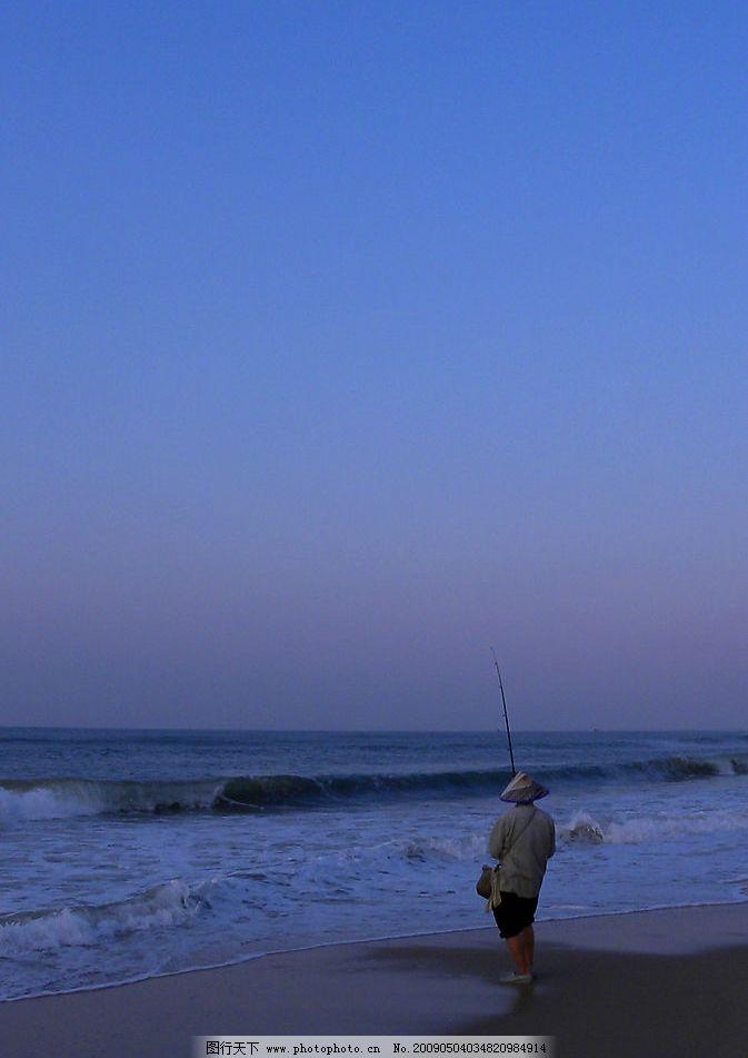 海边黎明的渔翁 海 黎明 渔翁 钓鱼 自然景观 自然风景 摄影图库 300