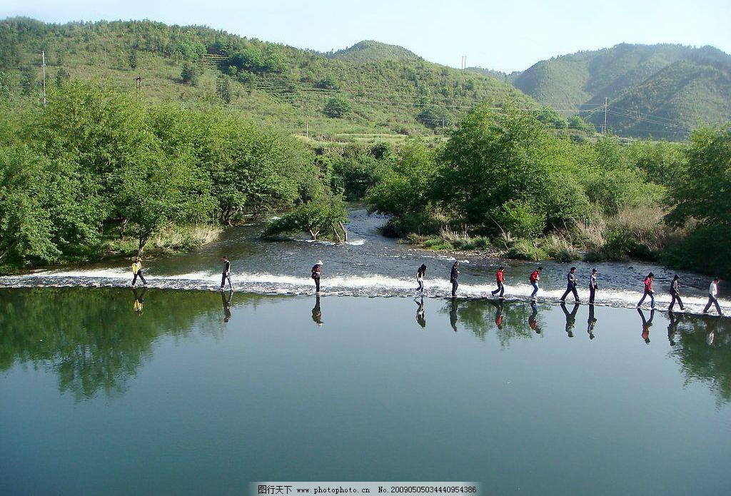 婺源小西湖 湖光山色 绿树葱葱 湖中游人 自然景观 山水风景 摄影图库