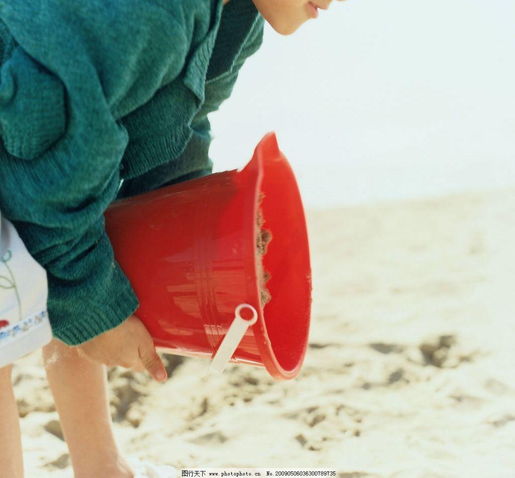 海边嬉戏 玩耍 人物 泳衣 大海 蓝天 沙滩 抓鱼 水桶 人物摄影