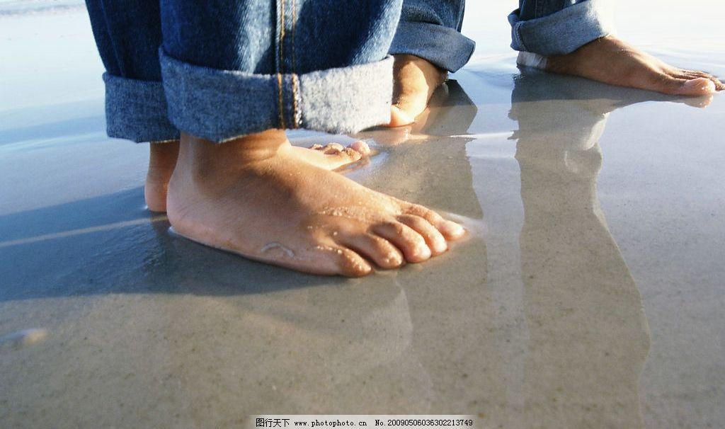海边嬉戏 玩耍 人物 泳衣 大海 蓝天 沙滩 脚丫 人物摄影 摄影图库