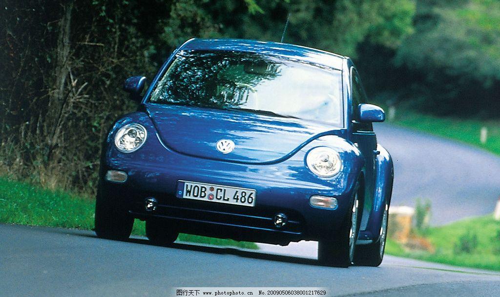 甲壳虫小汽车 德国大众 甲壳虫汽车 公路 爬坡 摄影图库
