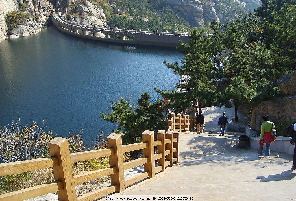 青岛 湖水 栏杆 树山 崂山 旅游摄影 人文景观 摄影图库