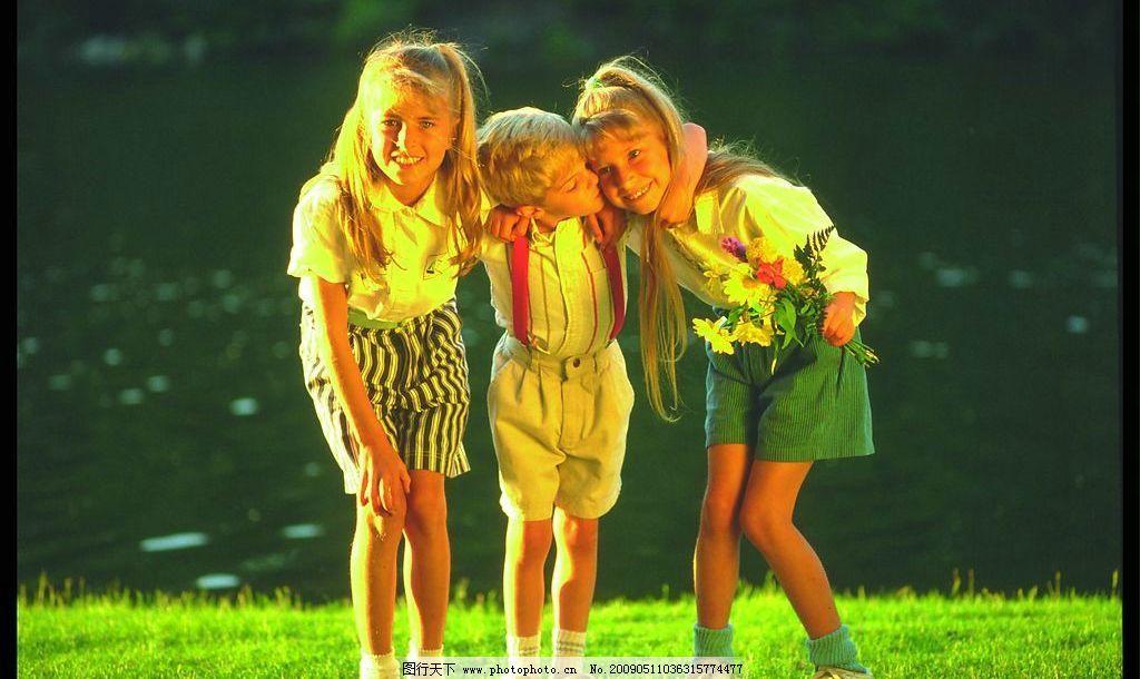 家庭照片素材 国外 外国人 小孩儿 女孩儿 男孩儿 玩耍 草地 河边
