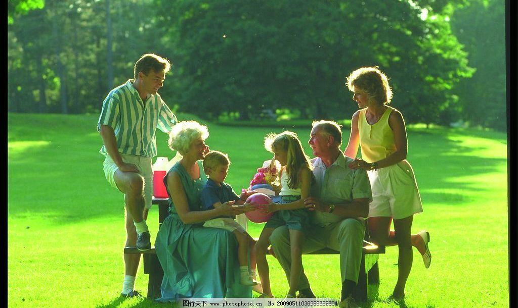 家庭照片素材 国外 外国人 草地 树林 背景 早晨 阳光 全家福 一家人