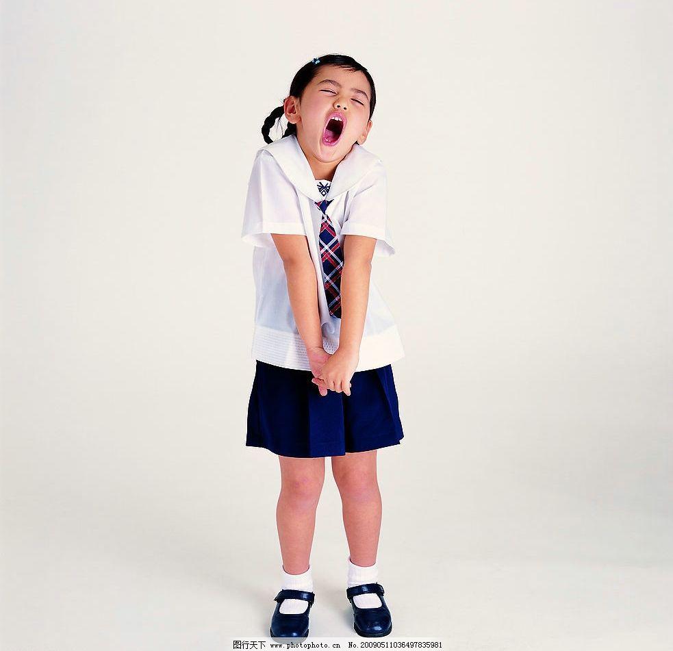 儿童 幼儿 小女孩 小朋友 小可爱 学生 打哈欠 伸懒腰 校服 人物图库