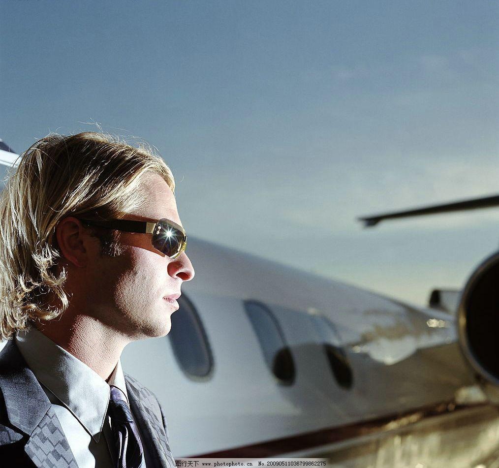 机场的男人 机场 飞机 男人 眼镜 人物图库 男性男人 摄影图库 300dpi