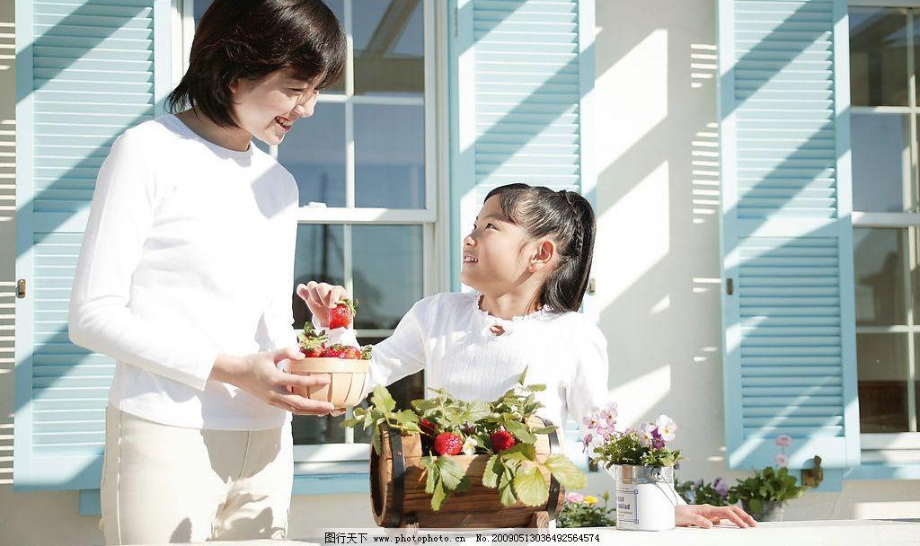 家长与孩子 妈妈 小女孩 阳光灿烂 幸福 温馨 微笑 摘草莓 人物图库