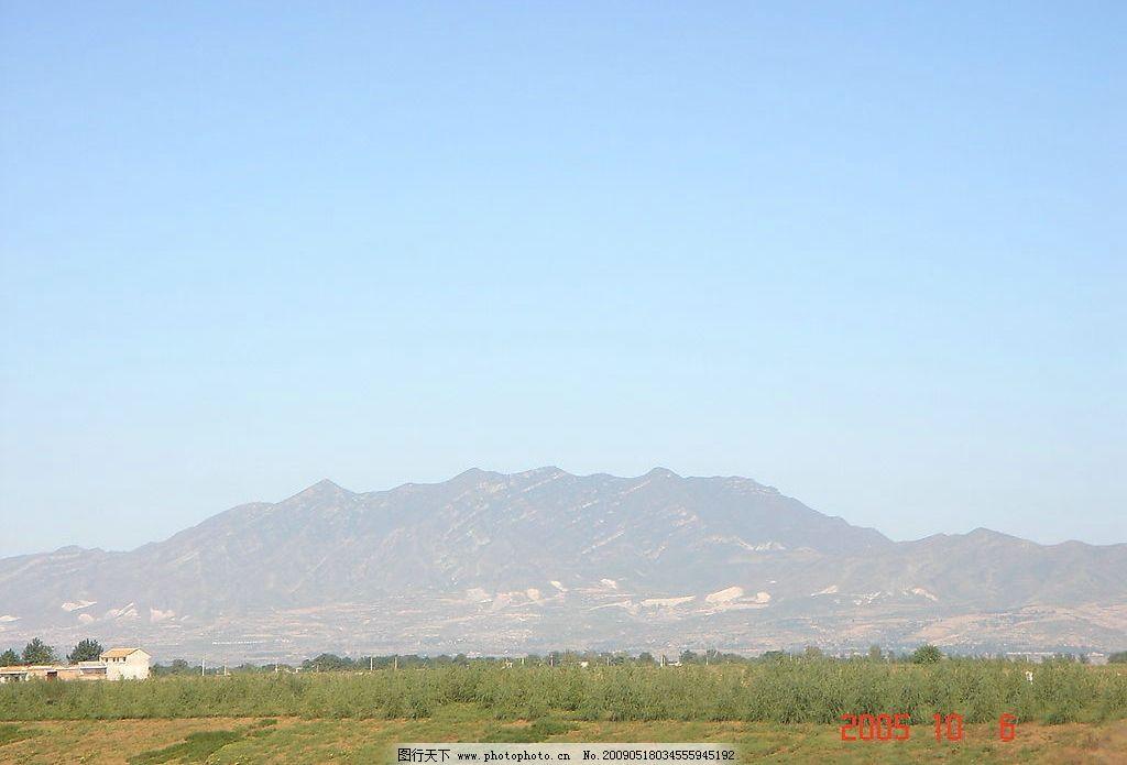 蓝天白云 风景 草地 高山 树林 房屋建筑 摄影图库