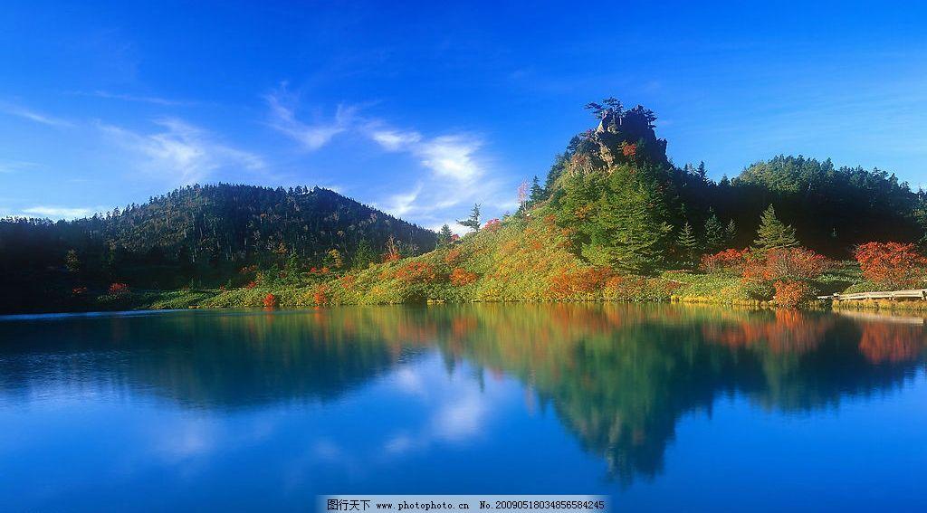 美丽风景 日出 海边 海水 蓝天 白云 云层 天空 树木 高山 景色 山峰