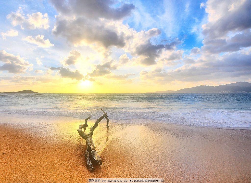 美丽风景 日出 海边 沙滩 海水 蓝天 白云 云层 天空 景色 太阳光