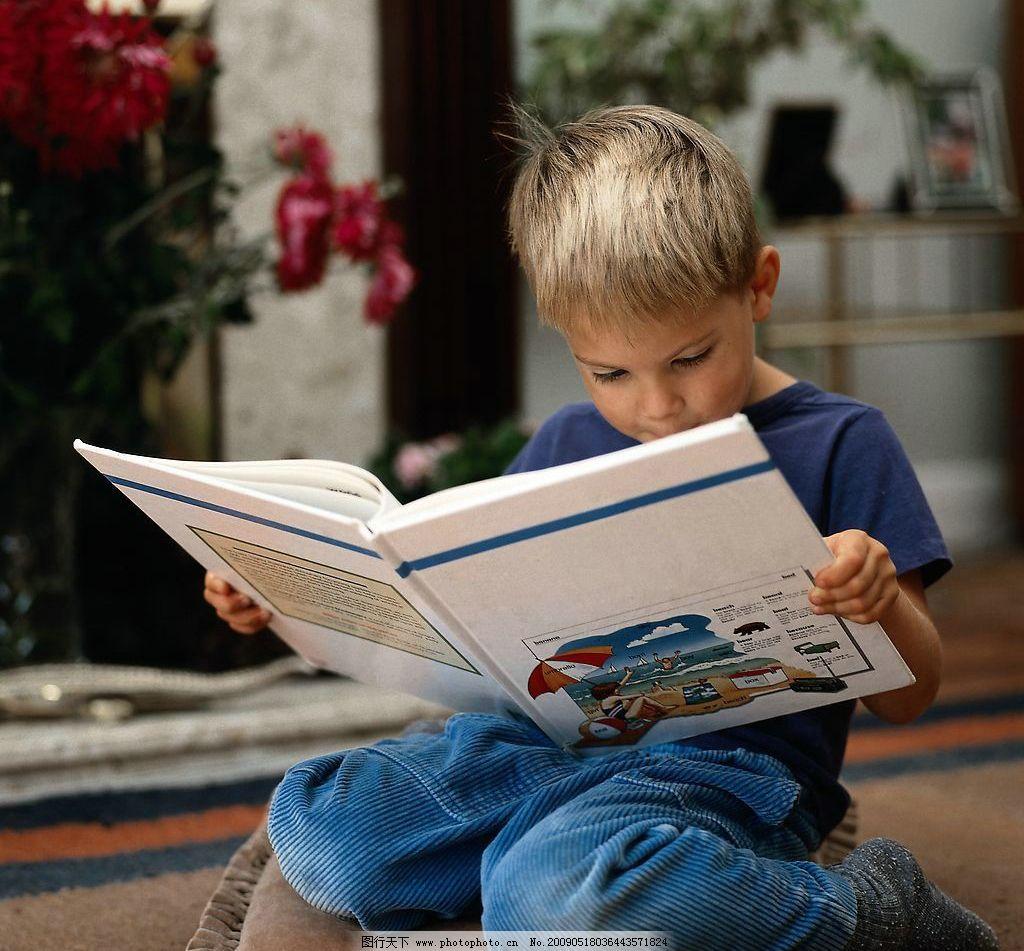 小孩看书图片