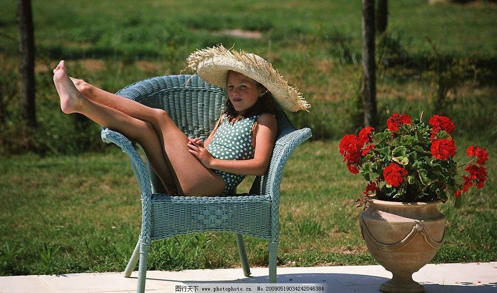 椅子上的小女孩 椅子上的小孩子 花坛 红花 草地 树木 旅游摄影