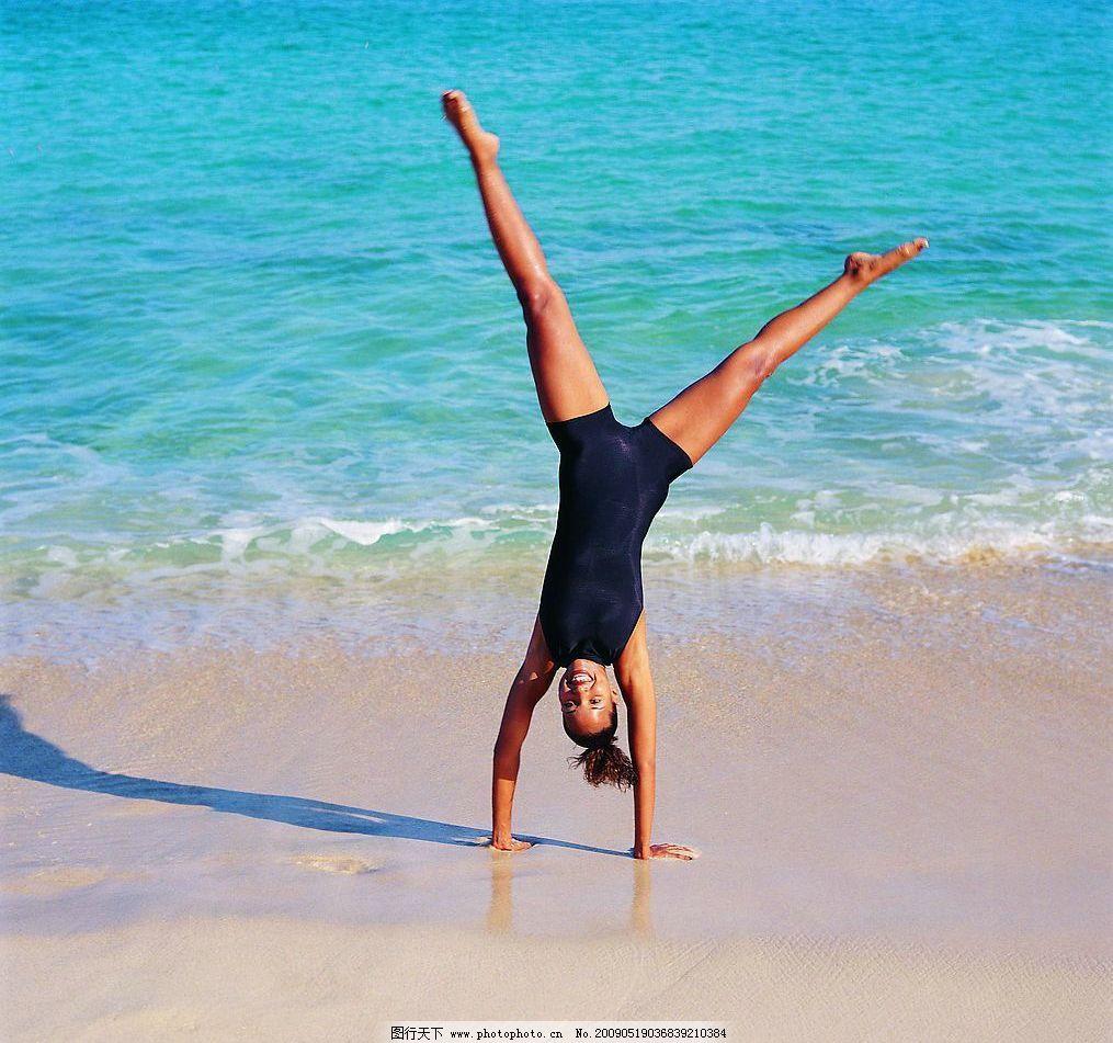 海边游泳 海边 大海 外国女性 倒立 沙滩 人物图库 女性女人 摄影图库