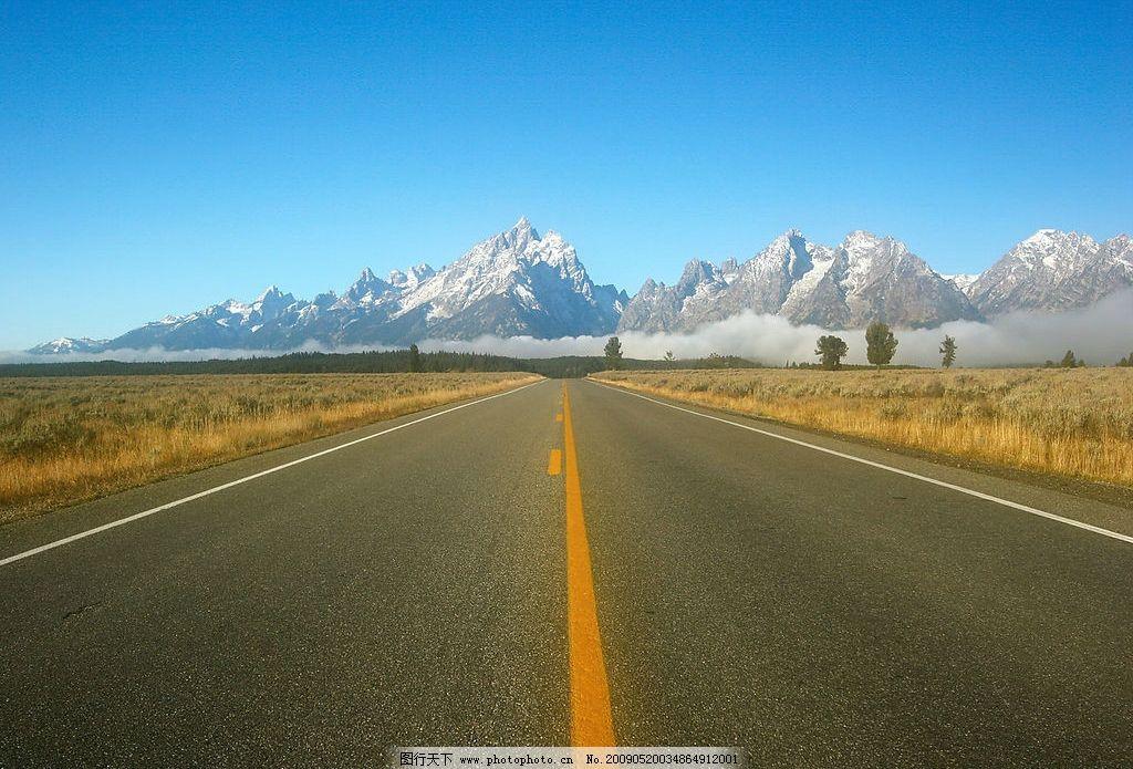 公路特写 美丽风景 蓝天 白云 云层 天空 树木 高山 景色 山峰 建筑