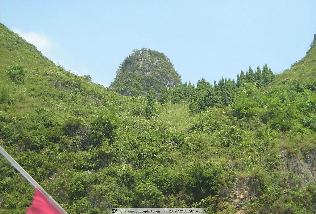 蝙蝠山 桂林的山 绿草 树木 蓝天 旗子 石头 白云 旅游摄影 国内旅游