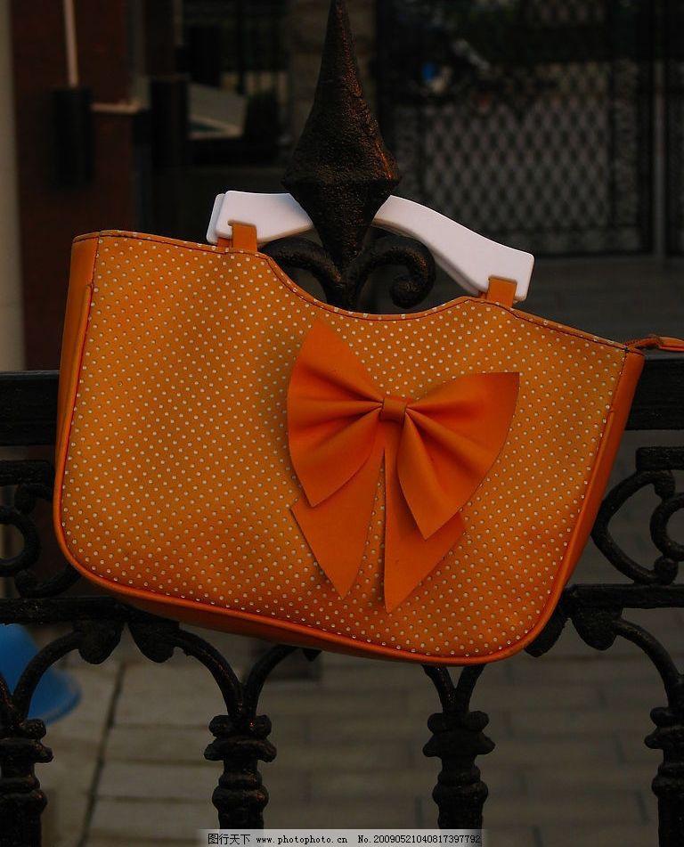 女士包 橘黄包包 蝴蝶结 铁栏杆 其他 图片素材 摄影图库 180dpi jpg