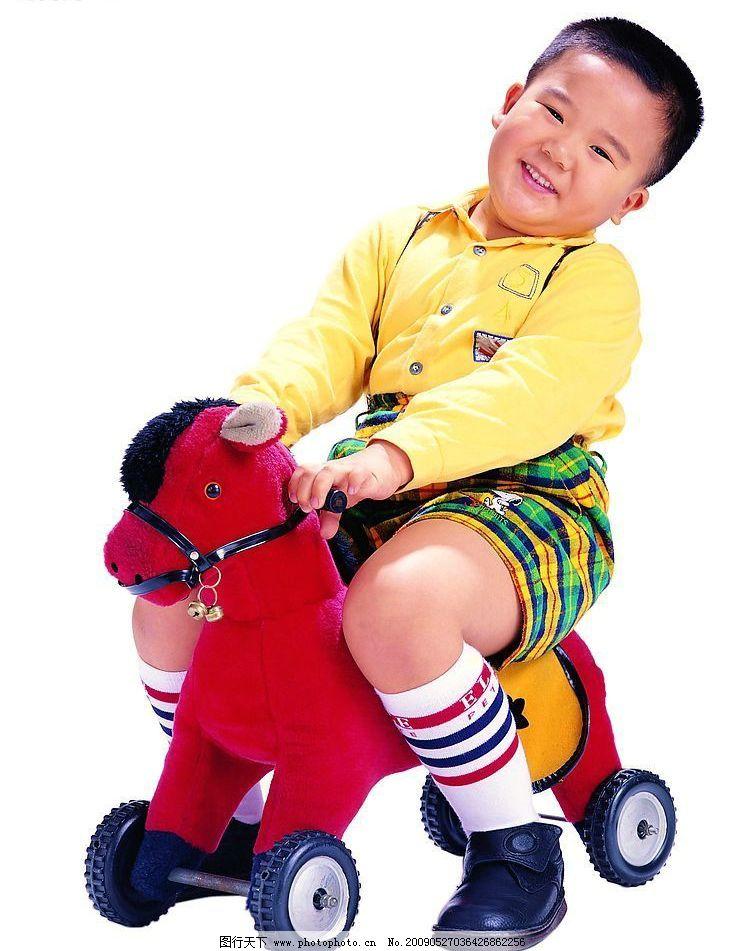 坐小马的小男孩 小男孩 阳光 红色马 铃铛 小轮子黄色休闲服 条纹短裤