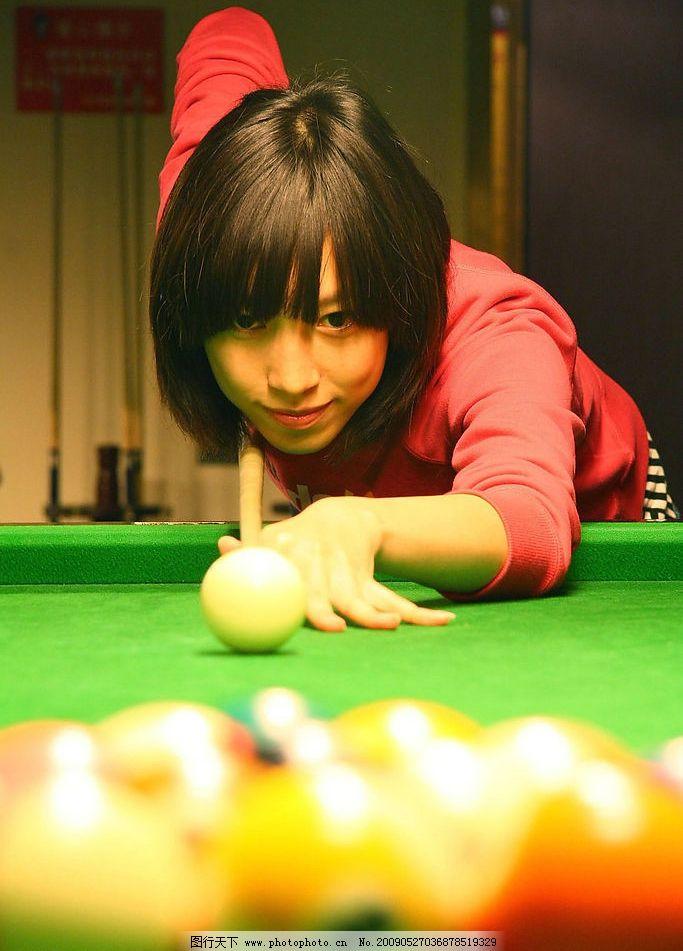 打台球的美女图片