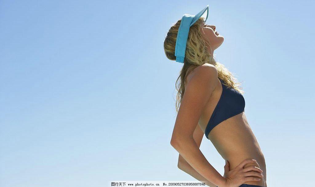 海边嬉戏 女人 日光浴 泳衣 太阳帽 蓝天 人物图库 日常生活