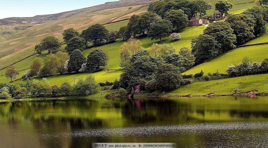 风景画 大地 草地 山树水 倒映 绿色 蓝天 白云 摄影图库