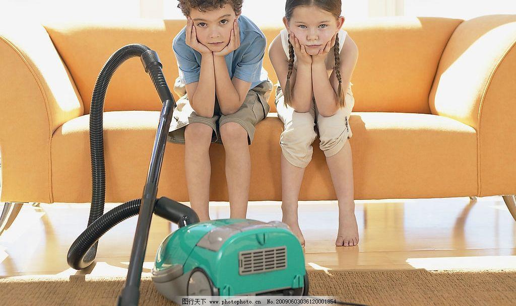 外国小孩与吸尘器 吸尘器 外国 小孩 儿童 沙发 小男生 小女生 家里
