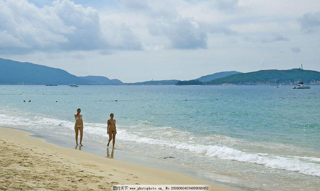沙滩 海滩 大海 阳光 美女 船 游艇 海浪 浪花 散步 比基尼
