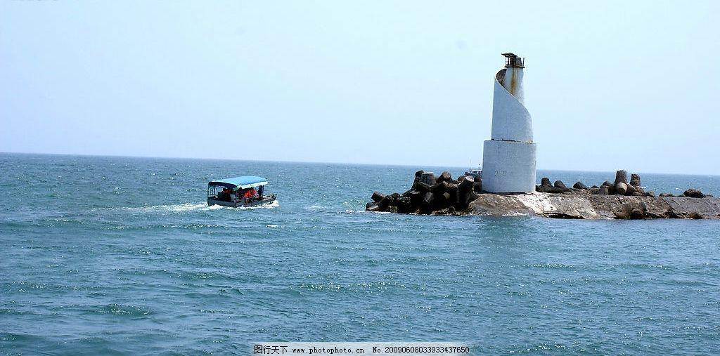 (皇后湾)海上的美丽灯塔船图片