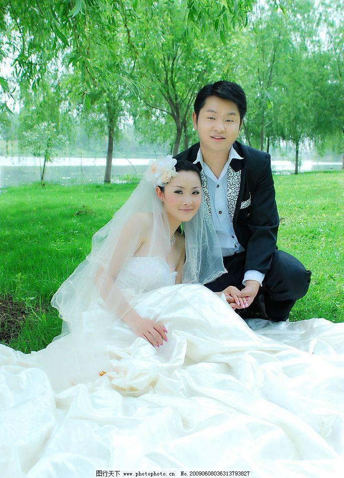 婚纱样片 双人照 河流 绿草地 柳树 人物图库 人物摄影 摄影图库