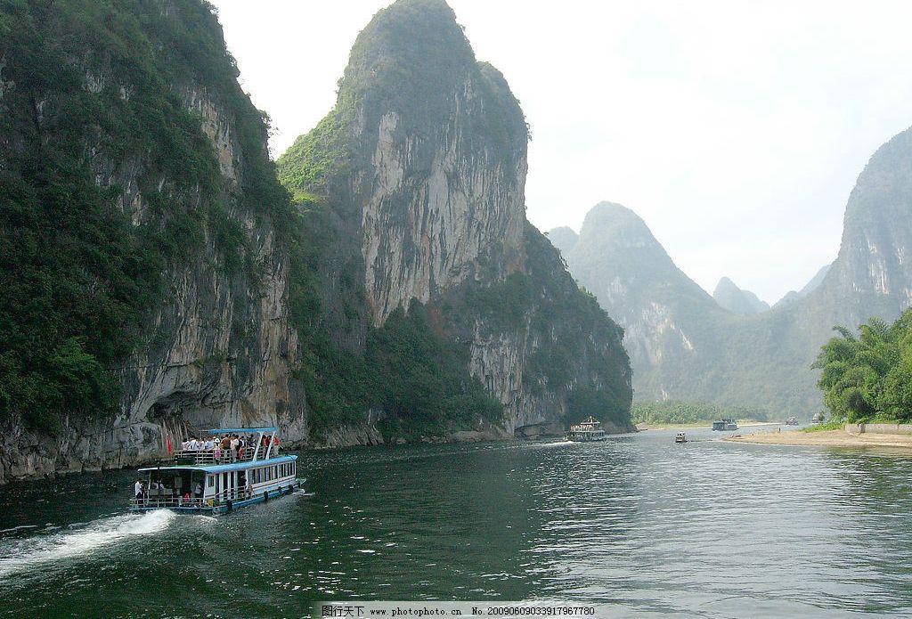 桂林山水甲天下 漓江景色 漓江 河岸 天空 群山 云 树木 树林 水流
