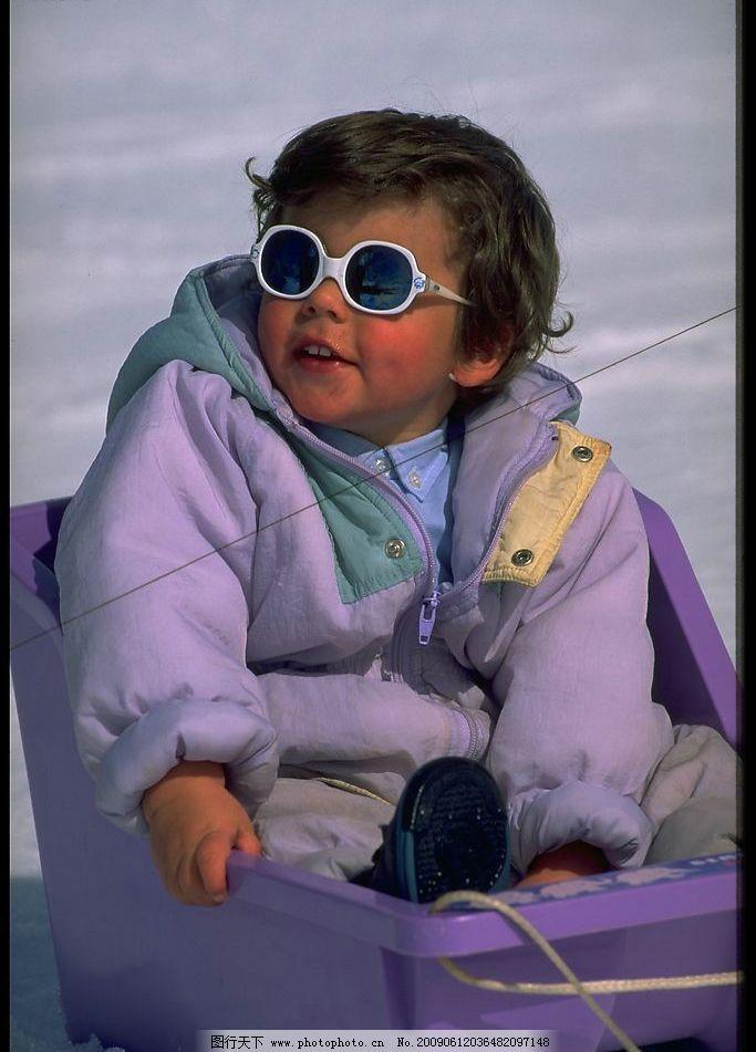 小朋友滑雪 小朋友 外国小朋友 小男孩 外国小男孩 滑雪 雪 人物图库