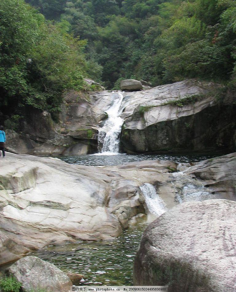 高山流水 流水 石头 清澈 树丛 自然景观 山水风景 摄影图库 180dpi