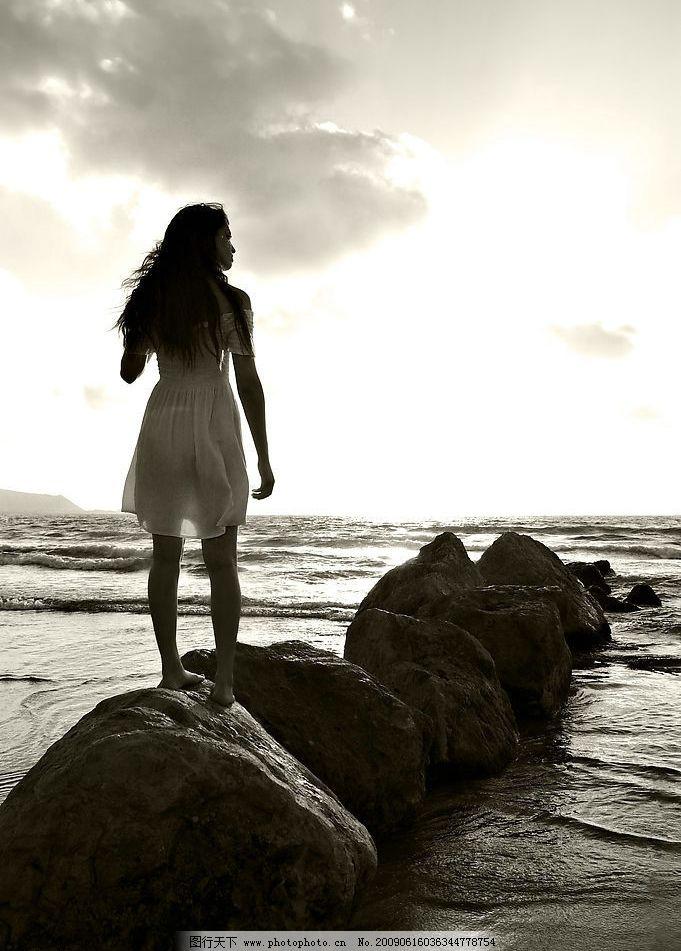 女人背影 女人 背影 人物图库 大海 岩石 阴天 乌云 美图 意境 眺望