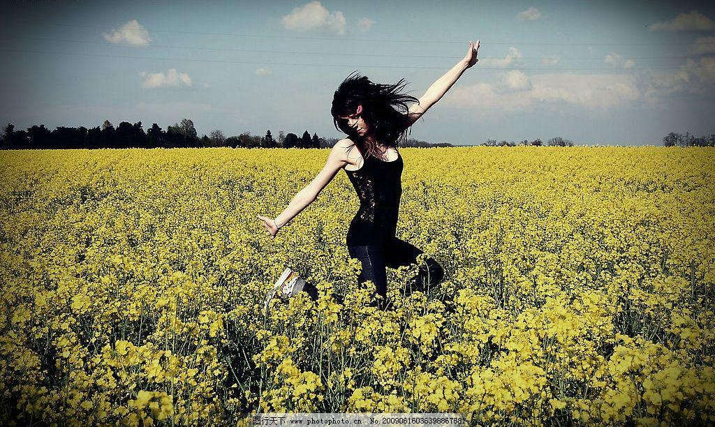 舞动的女人 炫丽 美图 人物图库 自然风景 花海 年劲 动力十足